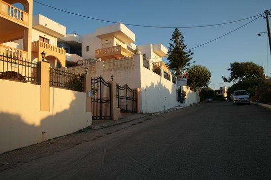 Esplanade Hotel Apartments: Просторная и практически незагруженная транспортом улица перед отелем