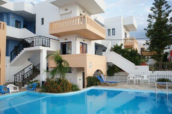 Esplanade Hotel Apartments: Небольшой, но красивый и чистый бассейн