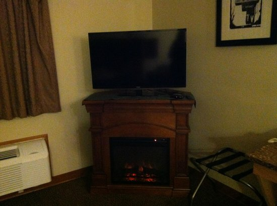 Vernon Inn and Suites: fake fire place, standard extended stay