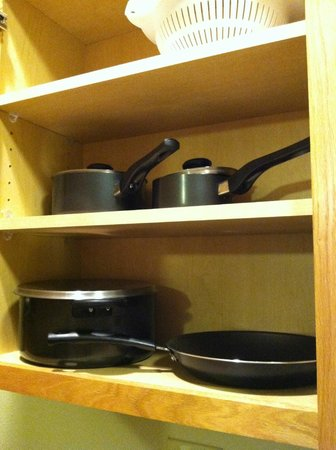 Vernon Inn and Suites: pots and pans, extended stay