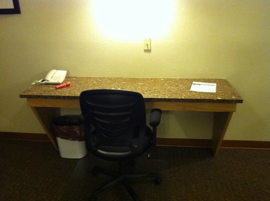 Vernon Inn and Suites: work desk, standard extended stay