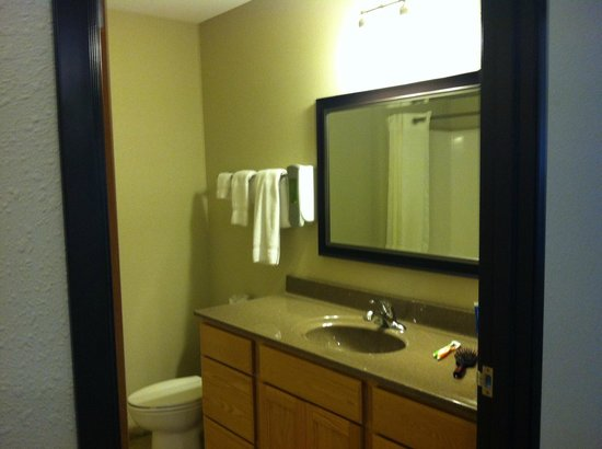 Vernon Inn and Suites: bathroom, extended stay suite