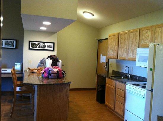 Vernon Inn and Suites: Kitchen, breakfast bar