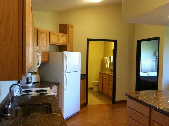 Vernon Inn and Suites: Kitchen extended stay suite