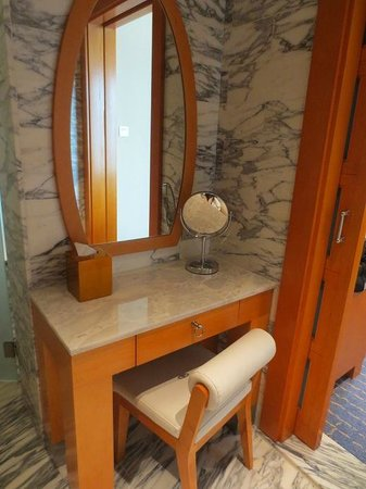 Resorts World Sentosa - Hotel Michael: dressing table in bathroom