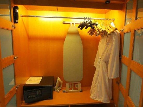 Resorts World Sentosa - Hotel Michael: big wardrobe in bathroom