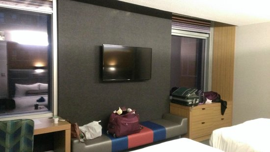 Aloft Chicago City Center : Nice TV! Space for luggage and clothing