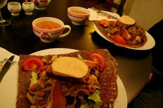 Hotel Creperie Roc Maria: galettes Sarladaises: magrets+gésiers de canard, oignons, lardons, pain d'épice et foie gras