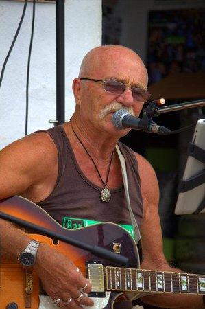 Los Pescaditos : Dave on guitar