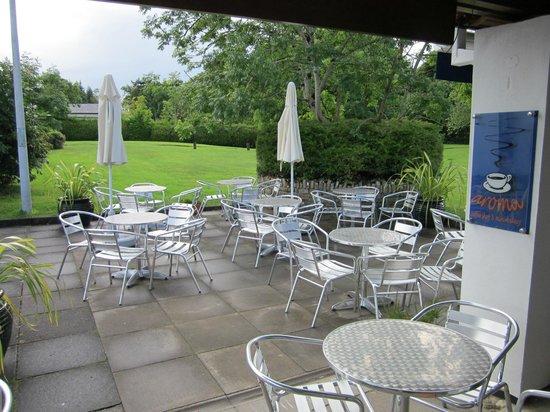 Aroma Coffee Shop & Mini Bakery: tavoli in esterno