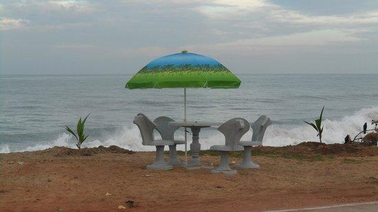 Golden Sunset: Beachside sitting options