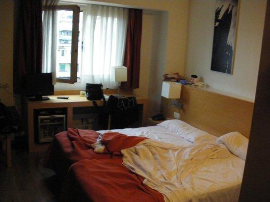 Hotel Sagrada Familia: Zimmer - etwas eng, keine Ablagen, kein Schrank