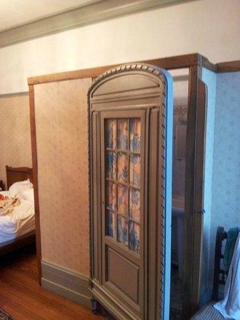 cabine de toilette et douche dans la chambre photo de le manoir d 39 esneval le havre tripadvisor. Black Bedroom Furniture Sets. Home Design Ideas