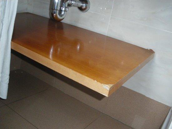 Hotel Aranea: Abgebrochene Ablage unter dem Waschtisch
