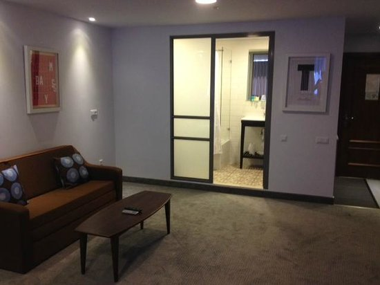 The Embassy Hotel Tel Aviv : Suite bathroom