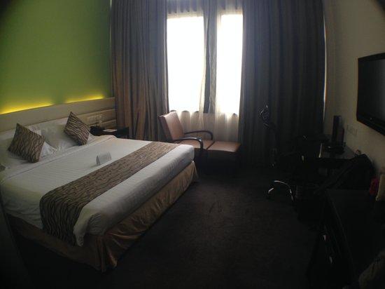 Furama RiverFront : Super big bed!