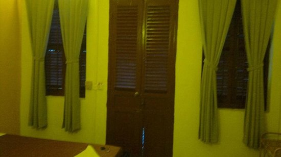 Laughing Fatman Guesthouse: Entrance and windows from the inside