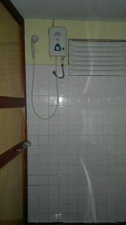 Laughing Fatman Guesthouse: Shower with water heater