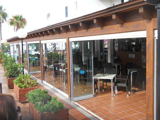 Apartamentos Roc Oasis Park: Side view of dinning area