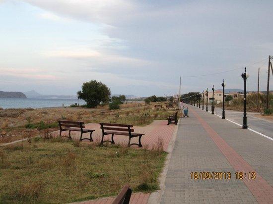 Louis Creta Princess Beach Hotel: Strandpromenad