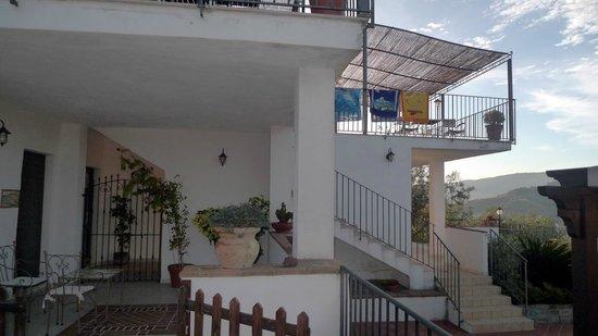 B&B Baia di Trentova: Balcony and patio outside rooms