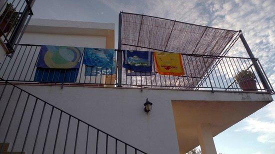 B&B Baia di Trentova: Balcony with towels outside rooms