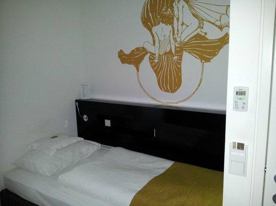 Alma Boutique-Hotel: Роспись на стене номера