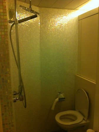 V Causeway Bay Serviced Apartments: Boutique shower