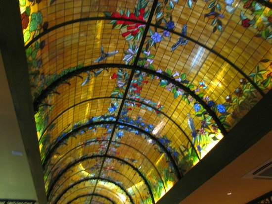 Hotel Santa Cruz: Stained glass ceiling in dining room