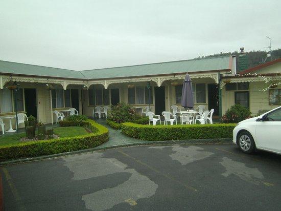 Wintersun Gardens Motel : garden setting outside room1