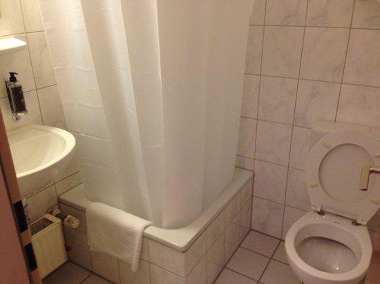 Vi Vadi Hotel: Clean Bathroom