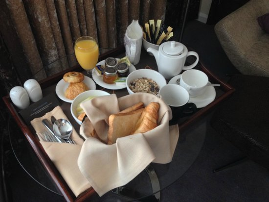 Hilton London Canary Wharf: breakfast in the room