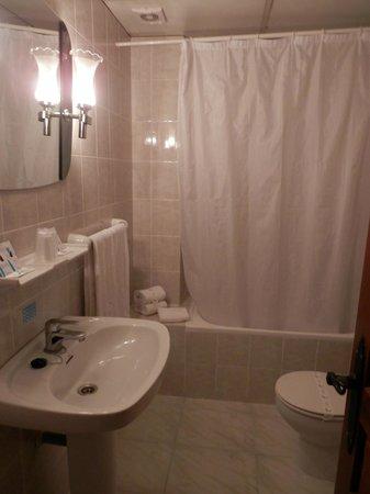 Hotel Gonzalez: Baño limpio y correcto