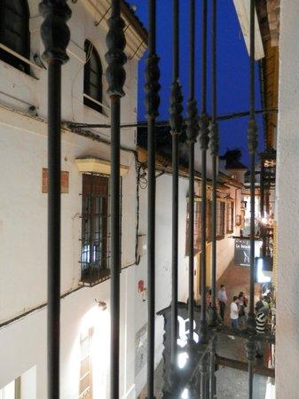 Hotel Gonzalez: Habitación exterior. Vistas. Por la noche mucho ruido