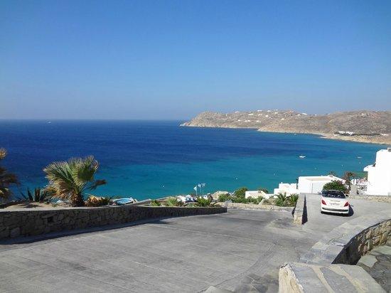 Royal Myconian Resort & Thalasso Spa Center: La plage vue de l'hotel