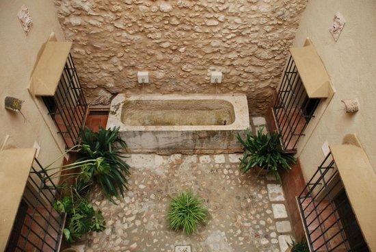Cocina con mes picture of arcos del capellan ardales for Patios con piedras