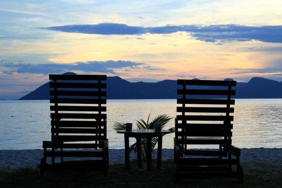 Celebes Beach Resort : Вид в 10 метрах от номера, уютные лежаки
