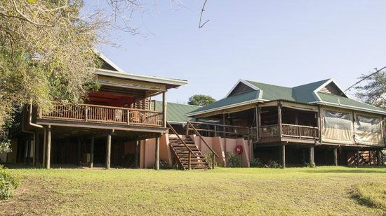 Hluhluwe River Lodge: Links der Speisesaal, rechts Barbereich