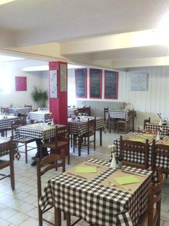 Restaurant auberge c t jardin dans none avec cuisine for Restaurant avec jardin 92