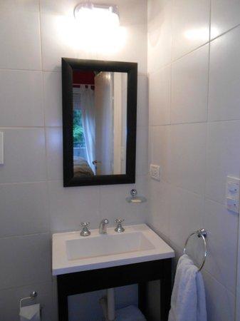 Simple and Charming Inn: banheiro single