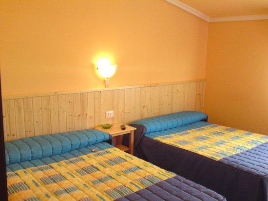 Hostal Alce : habitación triple cama matrimonio y supletoria