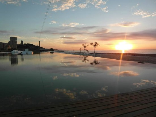 Montgat, Espanha: Amanecer desde un extremo del lago artificial de 200m