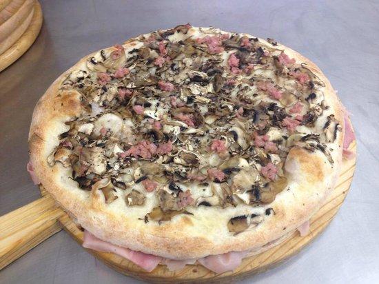 Pizzeria del Cavalcavia : focaccia ripiena con salsa tartufata, cotto e mozzarella