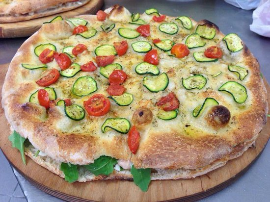 Pizzeria del Cavalcavia : focaccia ripiena con mozzarella, rucola e gamberetti in salsa rosa