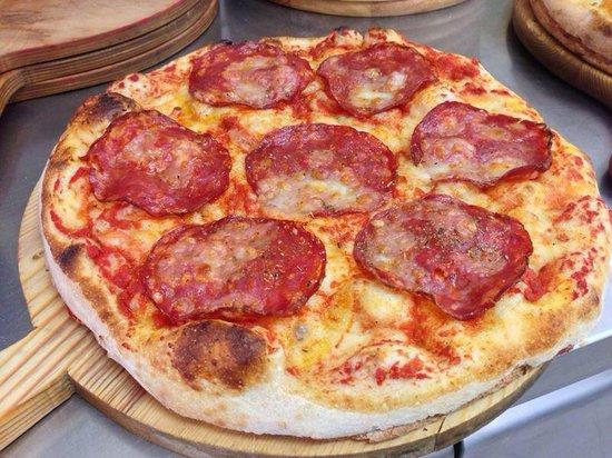 Pizzeria del Cavalcavia : focaccia ripiena con salame piccante e mozzarella