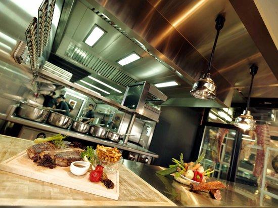 une cuisine ouverte pour voir le chef pr parer votre plat picture of brasserie le parvis de la. Black Bedroom Furniture Sets. Home Design Ideas