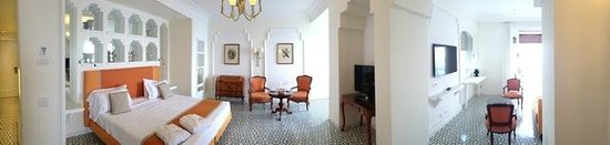 Grand Hotel Ambasciatori : Sitting area of Vesuvio Suite with first balcony
