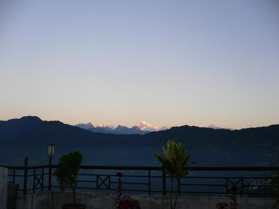 The Keepsa Residency : morning view of kangchendzonga from roof terrace