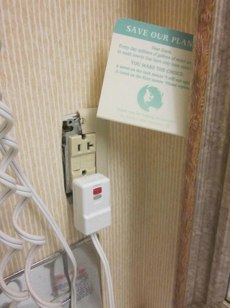 La Quinta Inn & Suites Charlottesville: Be careful plugging in anything