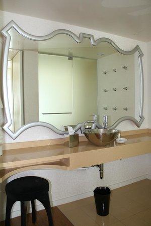 Mondrian Los Angeles Hotel: Bathroom